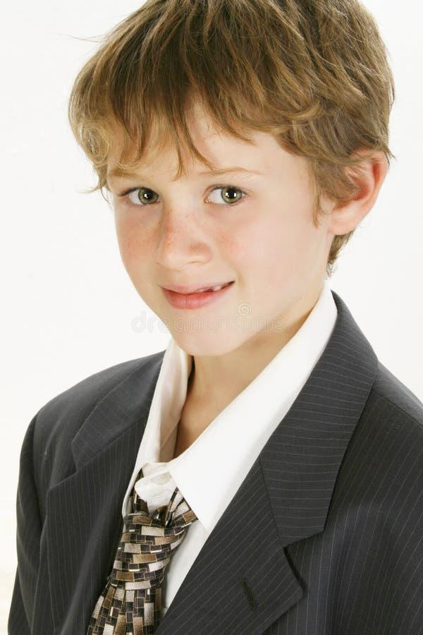 Lächelnder Junge in der großen Klage lizenzfreies stockfoto