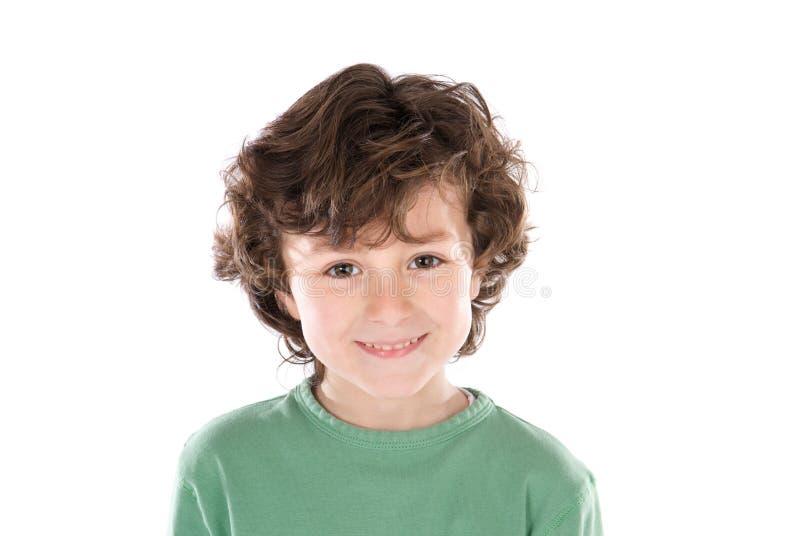 Lächelnder Junge, der Kamera betrachtet stockfoto