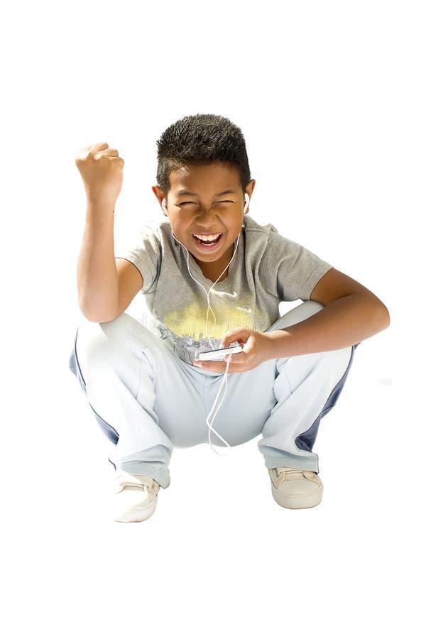 Lächelnder Junge, der Spiele spielt oder Internet am Handy surft lizenzfreie stockfotografie