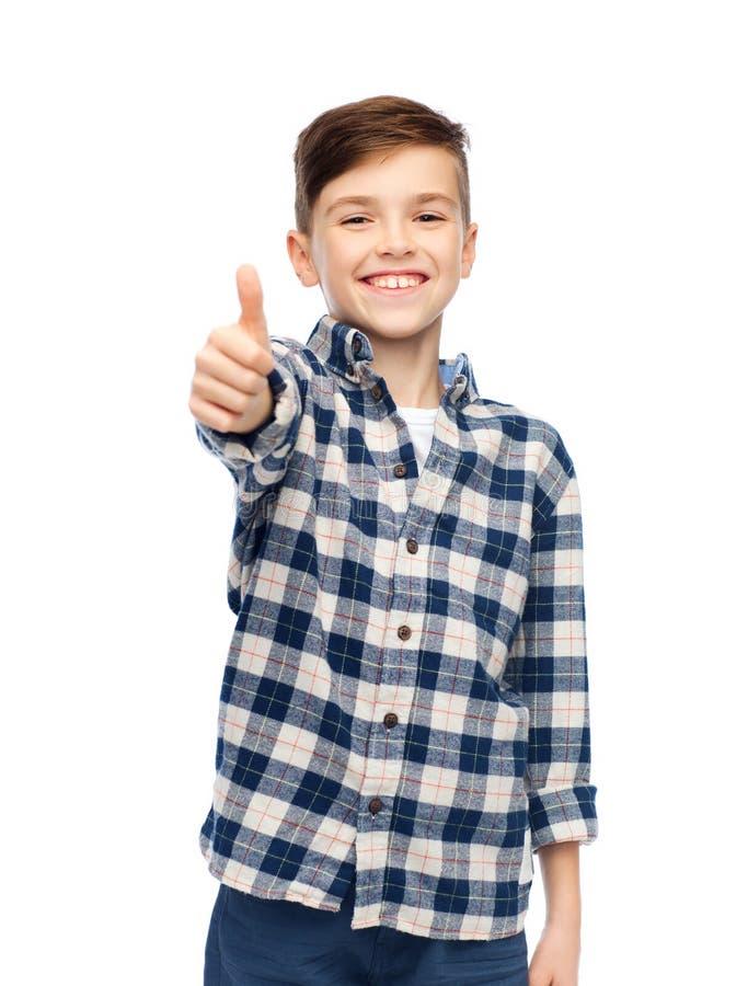 Lächelnder Junge im karierten Hemd, das sich Daumen zeigt lizenzfreie stockfotos