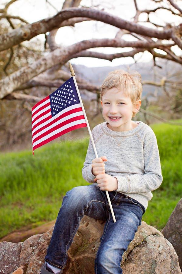 Lächelnder Junge mit amerikanischer Flagge lizenzfreies stockfoto