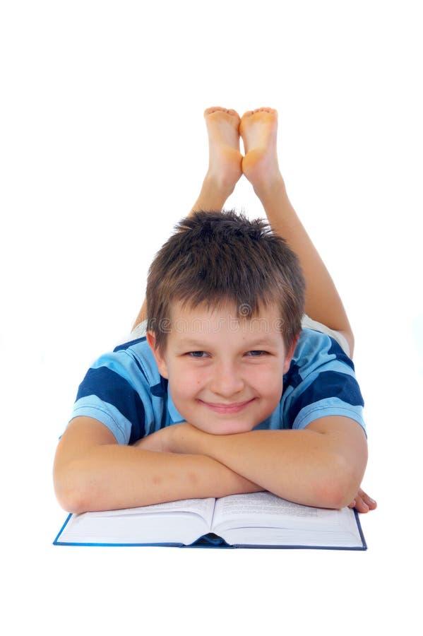 Lächelnder Junge mit Buch stockbilder