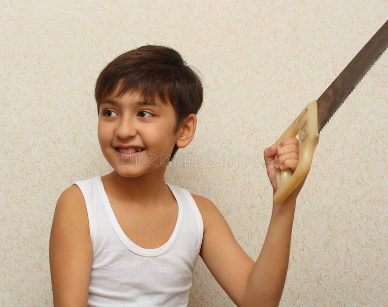 Lächelnder Junge mit sah lizenzfreies stockfoto