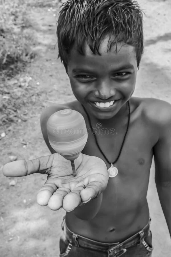 Lächelnder Junge mit Spitze in seiner Hand lizenzfreies stockbild