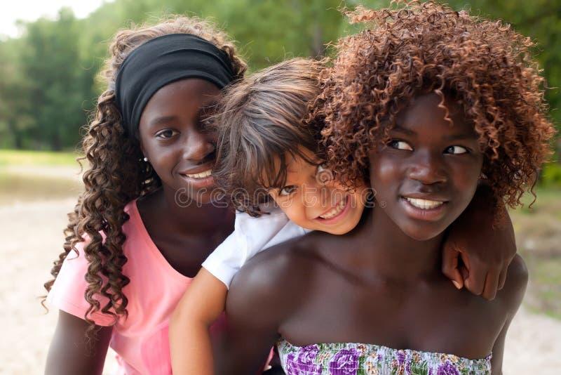 Lächelnder Junge und die ethnischen Schwestern lizenzfreies stockfoto
