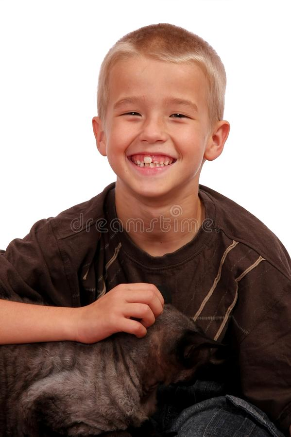 Lächelnder Junge und Katze stockfotografie