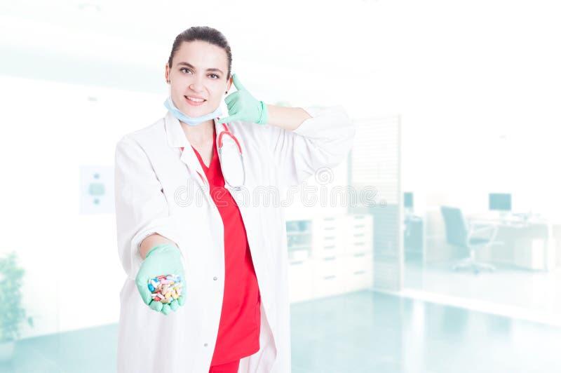 Lächelnder junger Doktor, der Kapseln hält lizenzfreies stockfoto