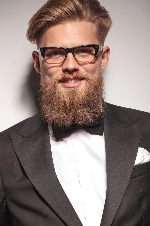 Lächelnder junger Geschäftsmann lizenzfreie stockfotografie