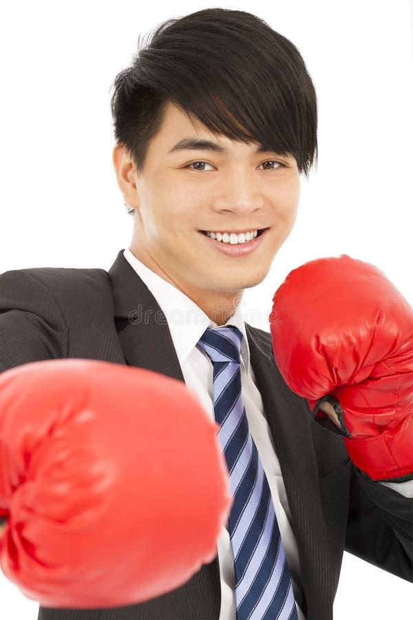 Lächelnder junger Geschäftsmann mit Boxhandschuhen lizenzfreie stockfotos