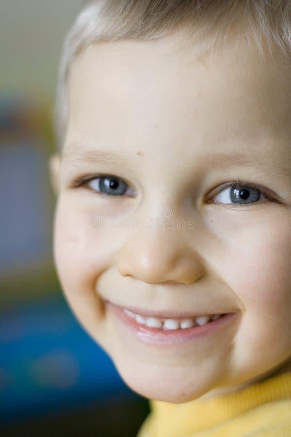 Lächelnder junger Junge stockbilder