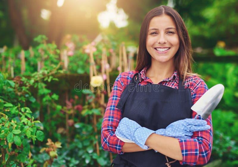 Lächelnder junger Kindertagesstätteninhaber unter ihren Anlagen lizenzfreie stockbilder