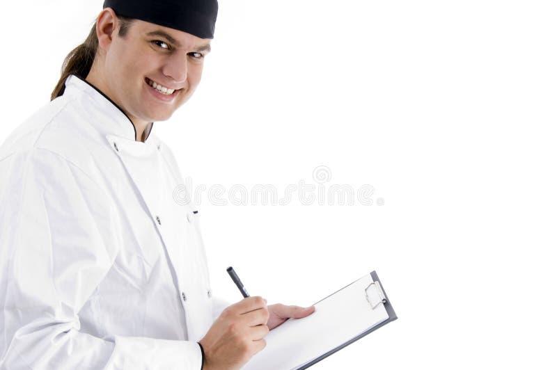 Lächelnder junger männlicher Chef mit Klemmbrett stockbild