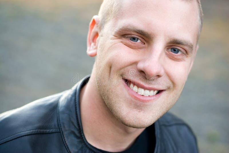 Lächelnder junger Mann stockfotos