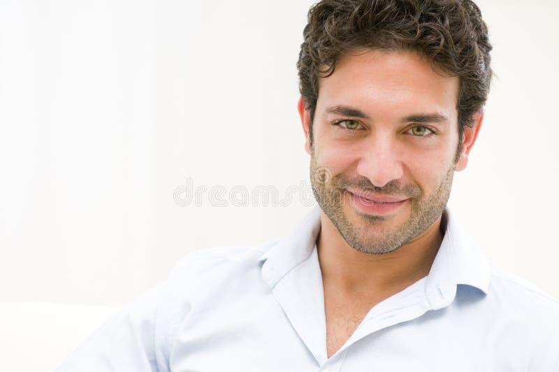 Lächelnder junger Mann lizenzfreies stockbild