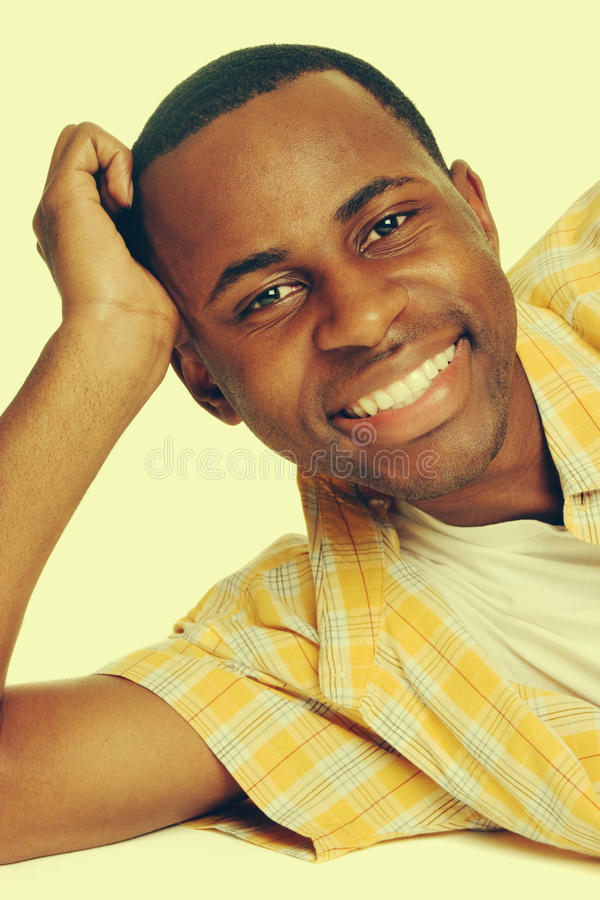 Lächelnder junger Mann stockfotografie