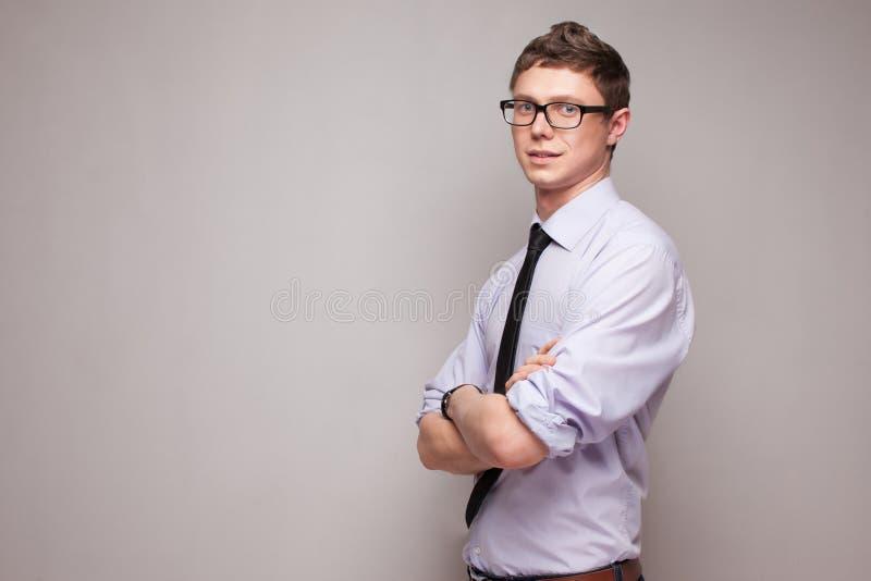 Lächelnder junger Mann in den Gläsern stockfotos