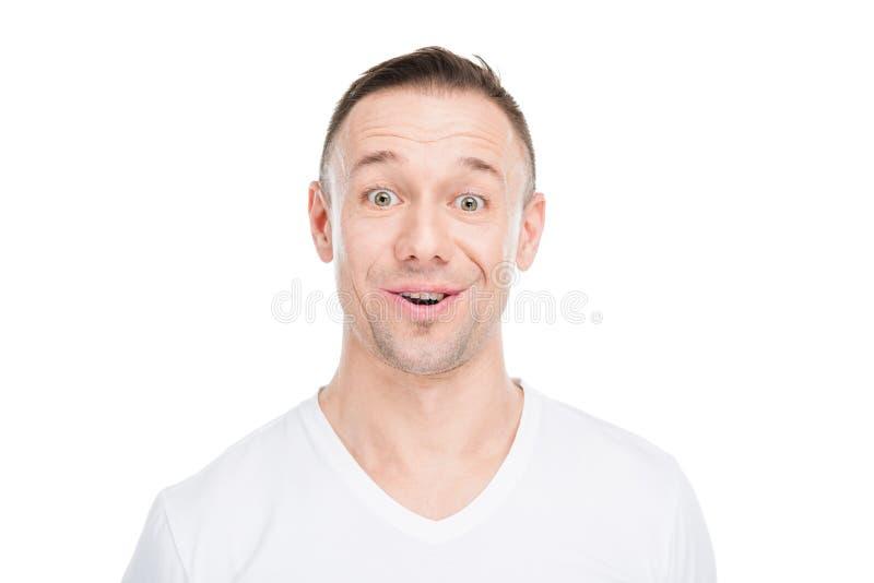 Lächelnder junger Mann, der im Lotussitz und im Schauen sitzt lizenzfreie stockbilder