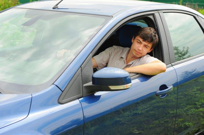 Lächelnder junger Mann im Auto lizenzfreies stockfoto