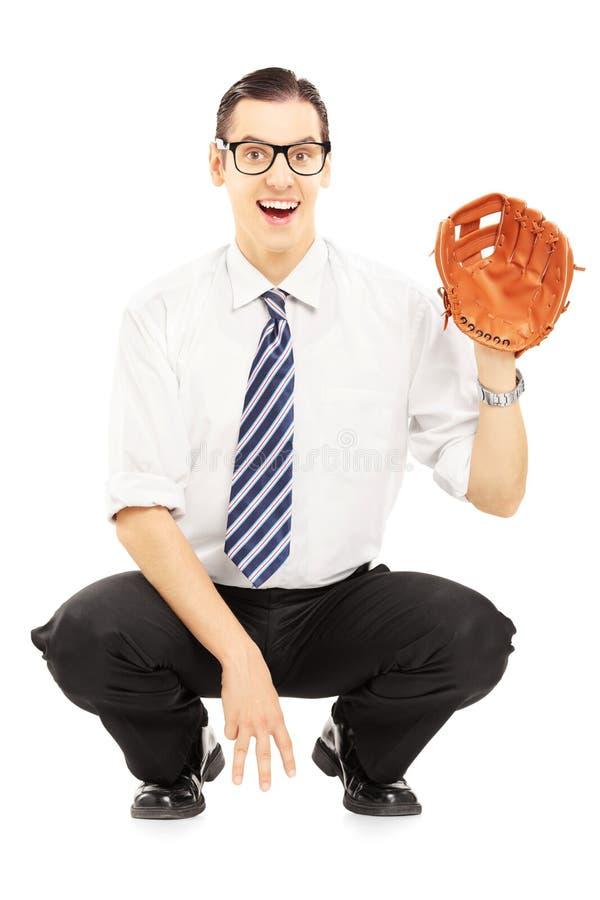 Lächelnder junger Mann vorbereitet, einen Baseballball zu empfangen lizenzfreie stockfotografie