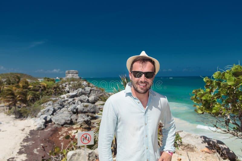 Lächelnder junger Tourist, der die Ruinen von Tulum besucht stockfoto