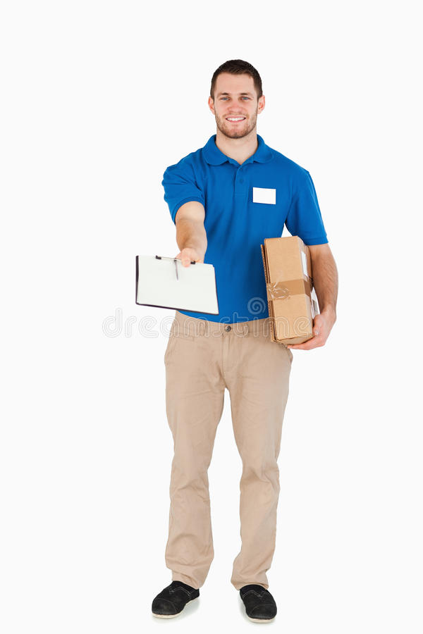 Lächelnder junger Verkäufer lizenzfreies stockfoto