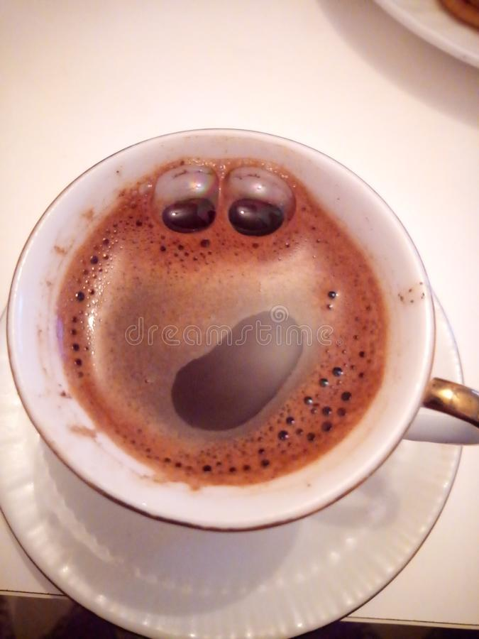 Lächelnder Kaffee stockfoto
