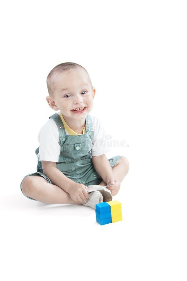 Lächelnder kleiner Junge auf Weiß stockfotos
