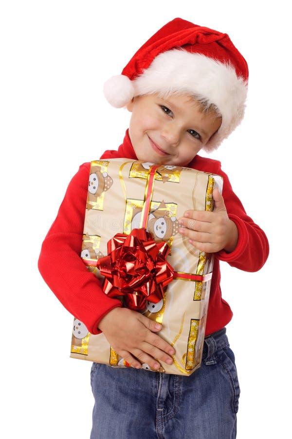 Lächelnder kleiner Junge mit gelbem Weihnachtsgeschenkkasten stockbilder