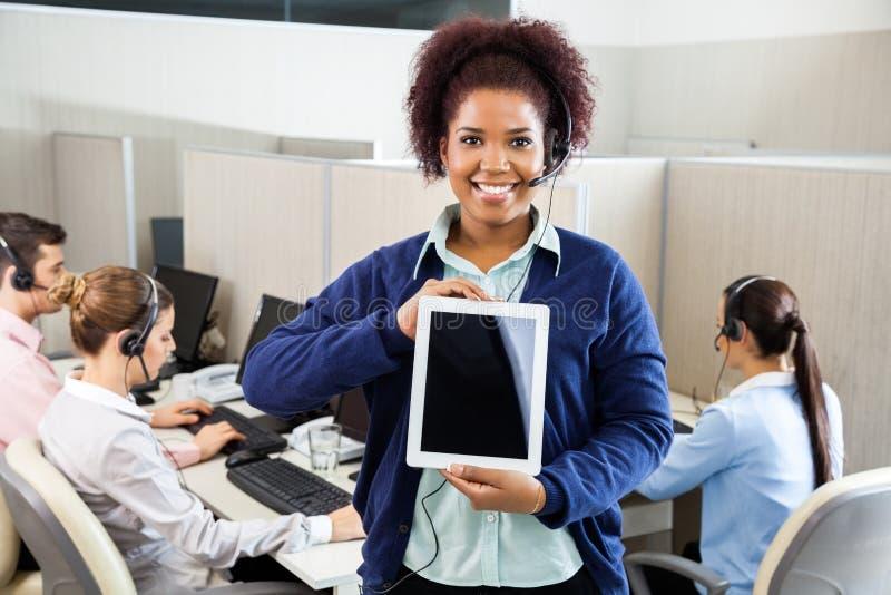 Lächelnder Kundendienstmitarbeiter Displaying stockbilder