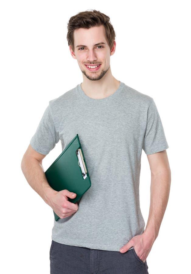 Lächelnder Kurier bemannen das Halten des Klemmbrettes auf weißem Hintergrund lizenzfreie stockbilder