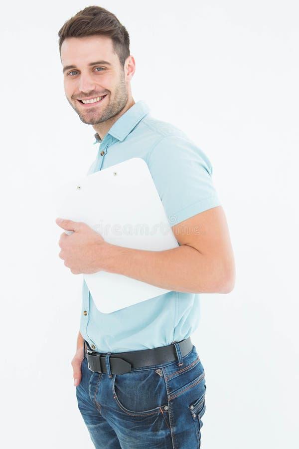 Lächelnder Kuriermann, der Klemmbrett hält stockfotos