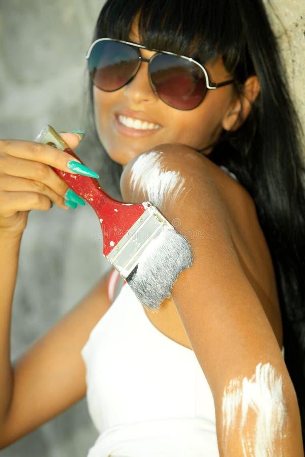 Lächelnder Mädchenanstrich selbst stockfotos