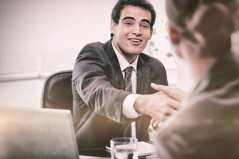 Lächelnder Manager, der einen weiblichen Bewerber interviewt lizenzfreie stockfotos
