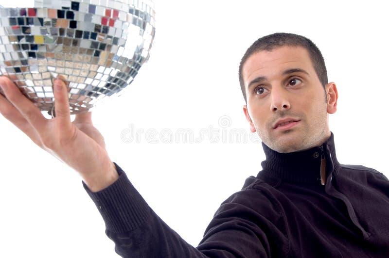 Lächelnder Mann, der Disco glänzende Kugel zeigt lizenzfreie stockfotos