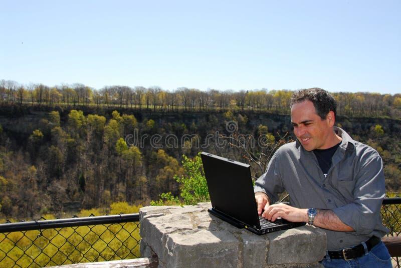 Lächelnder Mann, der draußen arbeitet stockfotos