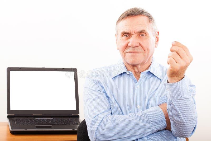 Lächelnder Mann, der Ihre Anzeige anhält lizenzfreie stockbilder