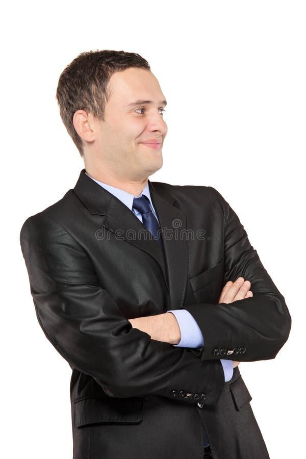 Lächelnder Mann, der im schwarzen Anzug aufwirft lizenzfreies stockfoto