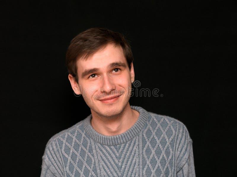 Lächelnder Mann, der oben überwacht lizenzfreie stockbilder