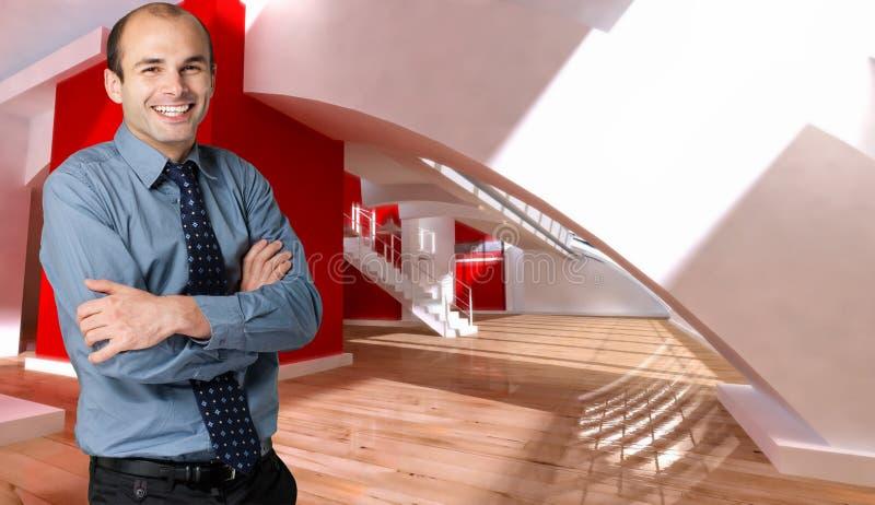 Lächelnder Mann in einem Dachboden stockfoto