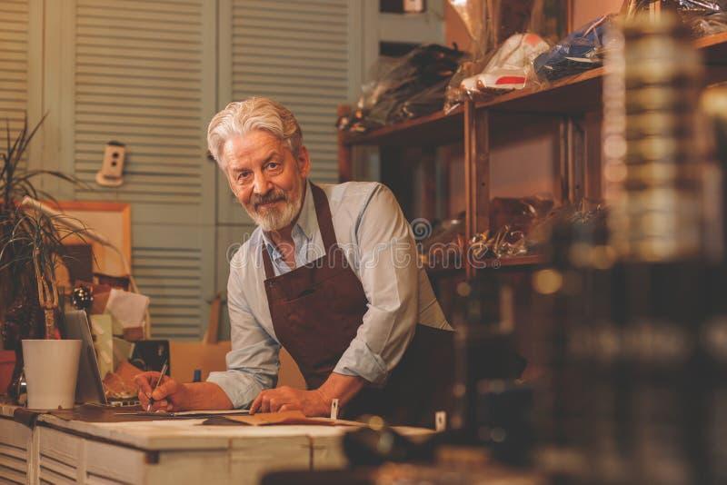 Lächelnder Mann in einer Werkstatt lizenzfreies stockbild