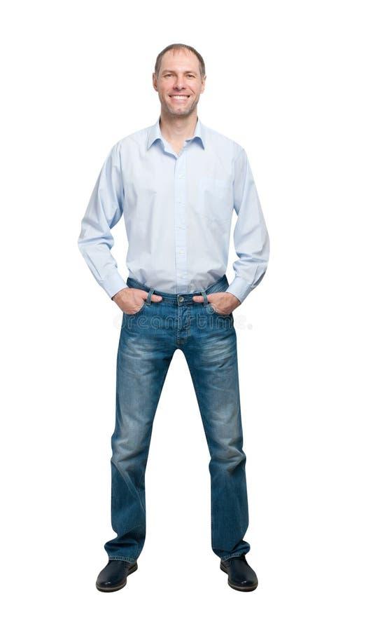Lächelnder Mann im blauen Hemd und jeanse lokalisiert auf weißem backgroun stockbild
