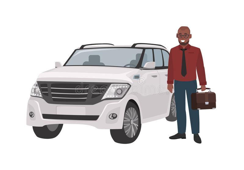 Lächelnder Mann kleidete in der Geschäftskleidung und -c$halten des Aktenkoffers an, der neben Luxusauto steht Erfolgreicher Gesc stock abbildung