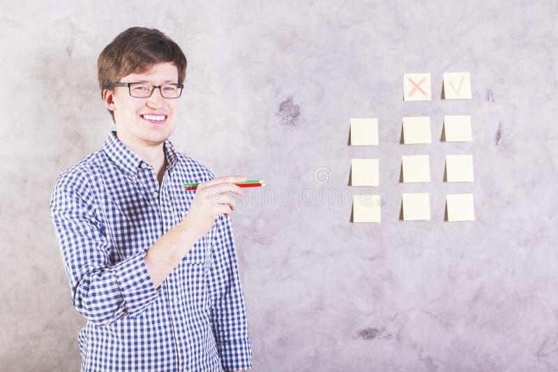 Lächelnder Mann mit Bleistiften stockfotografie
