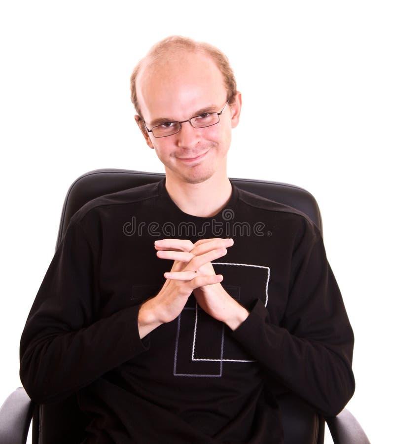 Lächelnder Mann mit Gläsern auf Weiß stockfotografie