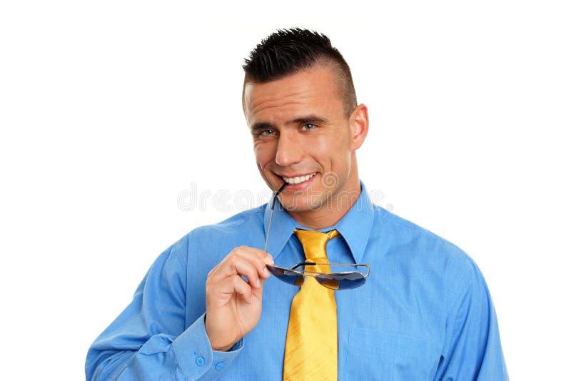 Lächelnder Mann mit Sonnenbrille stockbilder