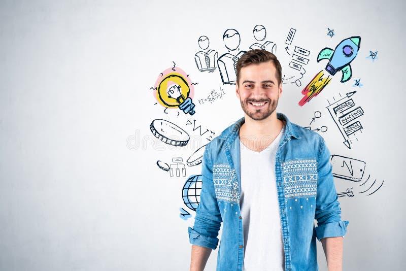 Lächelnder Mann und Startideenskizze stockfotos