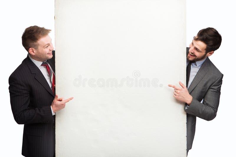 Lächelnder Mann zwei nach Platte lizenzfreie stockbilder