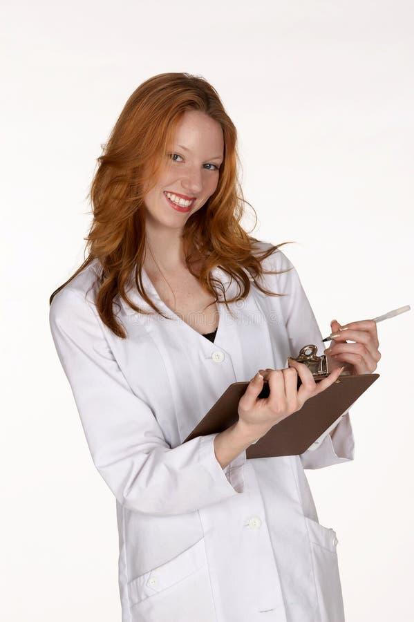 Lächelnder medizinischer Fachmann mit Klemmbrett stockbilder