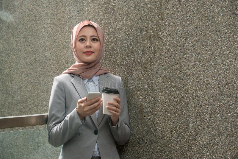 Lächelnder moslemischer weiblicher Büroangestellter, der Pause macht lizenzfreie stockfotos