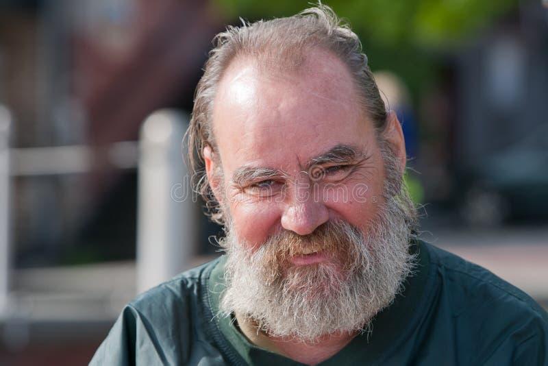 Lächelnder obdachloser Mann lizenzfreie stockfotos